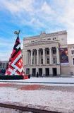 Árvore de Natal na frente da construção nacional letão de Opera em Ri Fotos de Stock Royalty Free
