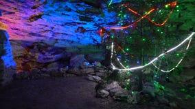 Árvore de Natal na gruta da caverna de gelo de Kungur, Rússia - 25 de maio de 2017 filme