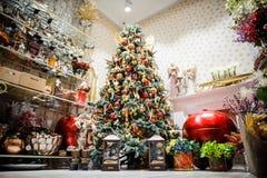Árvore de Natal na loja da decoração na véspera do feriado Fotografia de Stock Royalty Free