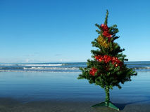 Árvore de Natal na praia Fotos de Stock Royalty Free