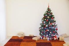 Árvore de Natal na sala branca da casa para o Natal Fotos de Stock Royalty Free