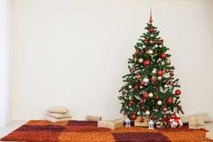 Árvore de Natal na sala branca da casa para o Natal Fotografia de Stock Royalty Free