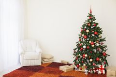 Árvore de Natal na sala branca da casa para o Natal Fotos de Stock