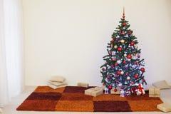 Árvore de Natal na sala branca da casa para o Natal Imagens de Stock Royalty Free