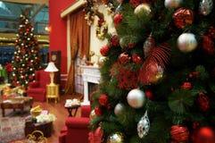 Árvore de Natal na sala de visitas Fotos de Stock Royalty Free