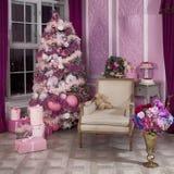 Árvore de Natal na véspera do ` s do ano novo em uma sala branca com presentes do Natal Fotografia de Stock