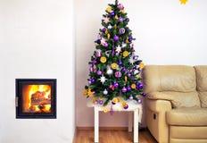 Árvore de Natal no apartamento luxuoso moderno da casa com chaminé Fotos de Stock
