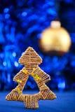 Árvore de Natal no fundo do azul do feriado Fotografia de Stock
