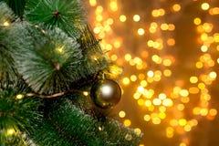 Árvore de Natal no fundo de luzes obscuras da festão do Natal fotografia de stock royalty free