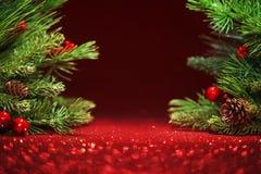 Árvore de Natal no fundo vermelho de brilho Foto de Stock