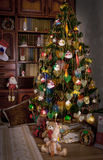 Árvore de Natal no interior do vintage da sala Imagens de Stock
