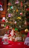 Árvore de Natal no interior do vintage da sala Fotos de Stock