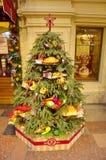 Árvore de Natal no interior festivo da goma, Moscou, Rússia Foto de Stock