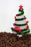 Árvore de Natal nos feijões de café foto de stock royalty free
