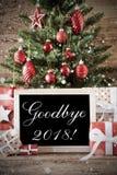 Árvore de Natal nostálgica com adeus o 2018, presentes vermelhos fotos de stock royalty free