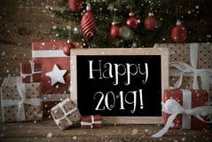 Árvore de Natal nostálgica com texto 2019 feliz, flocos de neve fotografia de stock