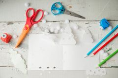 Árvore de Natal de papel criativa na folha do Livro Branco, nas tesouras e em pastéis coloridos no fundo da tabela de cor Fotos de Stock Royalty Free
