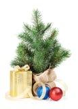 Árvore de Natal pequena com decoração e caixa de presente Imagens de Stock