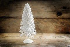 Árvore de Natal pequena do fio reunido branco contra um wo rústico foto de stock royalty free