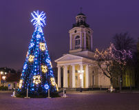 Árvore de Natal perto da igreja velha em Ventspils Foto de Stock Royalty Free