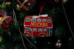 Árvore de Natal, ramos spruce, cones Brinquedos do Natal, decorações, presentes Fotos de Stock Royalty Free