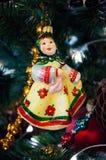 Árvore de Natal, ramos spruce, cones Brinquedos do Natal, decorações, presentes Imagem de Stock