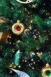 Árvore de Natal, ramos spruce, cones Brinquedos do Natal, decorações, presentes Imagem de Stock Royalty Free