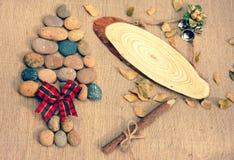 Árvore de Natal, seixo, pena de madeira, mensagem do Xmas Foto de Stock