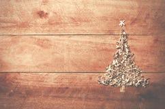 A árvore de Natal simples arranjou da serragem, madeira-microplaquetas no woode imagens de stock