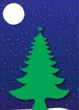 Árvore de Natal sob um céu noturno azul estrelado Imagens de Stock Royalty Free