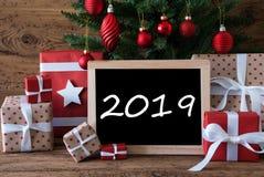 Árvore de Natal, texto 2019, presentes e presentes coloridos foto de stock royalty free