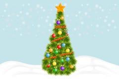 Árvore de Natal Árvore de Natal verde com decorações e festões imagem de stock