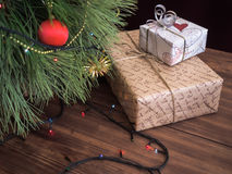 A árvore de Natal verde decorada com brinquedos e festão conduziu luzes Encaixota presentes Imagem de Stock Royalty Free
