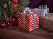 A árvore de Natal verde decorada com brinquedos e festão conduziu luzes Encaixota presentes Imagens de Stock Royalty Free