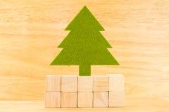 Árvore de Natal verde no grupo do bloco de madeira do cubo na sala de madeira, fotografia de stock royalty free