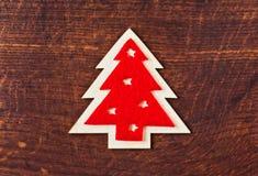 Árvore de Natal vermelha na madeira escura Fotografia de Stock Royalty Free