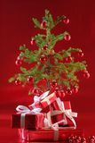 Árvore de Natal vermelha, presentes do vermelho Fotos de Stock