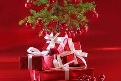 Árvore de Natal vermelha, presentes do vermelho Imagem de Stock