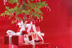 Árvore de Natal vermelha, presentes do vermelho Foto de Stock Royalty Free