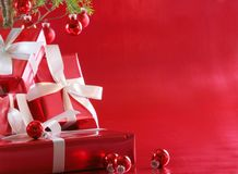 Árvore de Natal vermelha, presentes do vermelho Fotografia de Stock Royalty Free