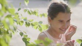 A árvore de vidoeiro bonita do galho de Rússia da menina do retrato sae da emoção do vídeo de movimento lento do verão do estilo  filme