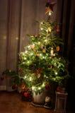 Árvore decorada do xmas na casa Fotos de Stock