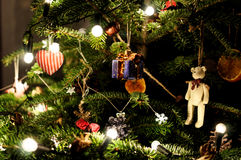 Árvore decorada do Xmas Presente com curva Fotografia macro da árvore do xmas Luzes na árvore Foto de Stock Royalty Free