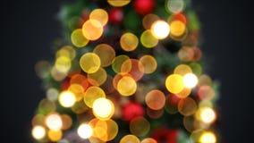 A árvore Defocused do ano novo ilumina piscar sem emenda no fundo preto Animação 3D dada laços Feliz Natal e novo feliz video estoque