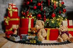 Árvore do ano novo com brinquedos Fotos de Stock Royalty Free