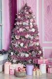 Árvore do ano novo decorada em brinquedos cor-de-rosa Fotos de Stock Royalty Free