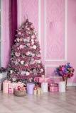 Árvore do ano novo decorada em brinquedos cor-de-rosa Fotografia de Stock