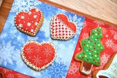 Árvore do ano novo e cookies dos corações na mesa de madeira liso horizontal Espaço livre Imagens de Stock Royalty Free