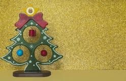 Árvore do ano novo e fundo dourado Imagens de Stock