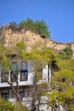 Árvore do outono e casa velha imagem de stock